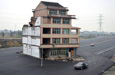 awww.incrediblethings.com_wp_content_uploads_2012_11_house_in_highway.jpg